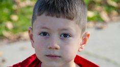 Nadie asiste al cumpleaños de este niño de 6 años, pero un giro inesperado le devuelve la sonrisa