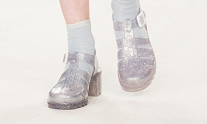 Una modelo usa zapatos de gelatina en la Semana de la Moda de Graduados 2014 de la Universidad de East London en Londres el 31 de mayo de 2014. (Tristan Fewings/Getty Images)