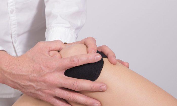 Foto ilustrativa de una rodilla siendo manipulada en terapia. (Pixabay)