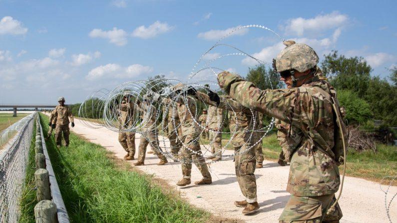 El ejército de Estados Unidos instala alambre de concertina en el dique detrás de Granjeno en Texas, justo al norte de la frontera entre Estados Unidos y México, el 7 de noviembre de 2018. (Samira Bouaou/La Gran Época)