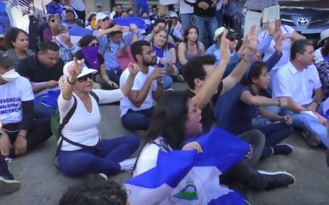 Protestas pacíficas en un sector de Managua el 19 de abril de 2019 contra el régimen dictatorial de Daniel Ortega. (Captura de Vídeo)