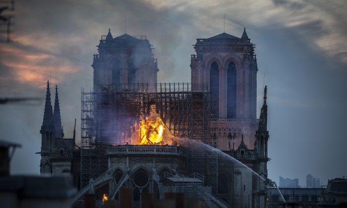 Humo y llamas se elevan desde la Catedral de Notre-Dame en París, Francia, el 15 de abril de 2019. (Veronique de Viguerie/Getty Images)