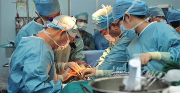 """Médicos realizando un trasplante de órganos en China, como se ve en la película """"Cosecha Viva: 10 Años de Investigaciones"""". (Captura de pantalla/""""Cosecha Viva: 10 años de investigaciones"""")"""