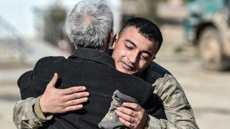 Este papá salta sobre un camarero y llora en sus brazos cuando descubre quién es