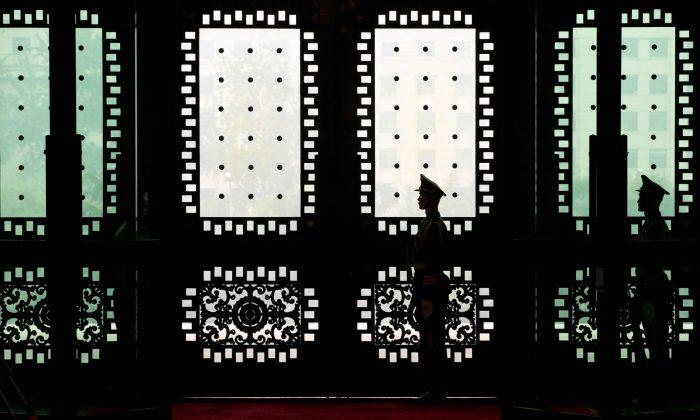 Soldados chinos de guardia en el edificio Bayi del Ministerio de Defensa chino, en Beijing el 9 de septiembre de 2013. Un estimado de 250.000 a 300.000 soldados chinos están involucrados en infiltrar computadoras de gobiernos y negocios en otras naciones. (Alexander F. Yuan-Pool/Getty Images)