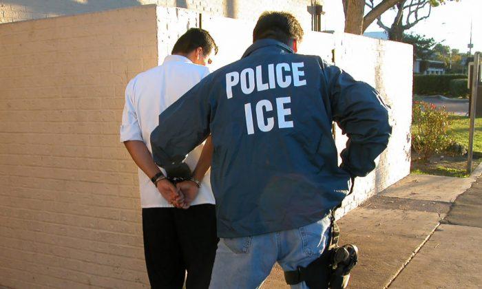 Un agente del Servicio de Inmigración y Control de Aduanas lleva a cabo un arresto en esta foto de archivo. (ICE)