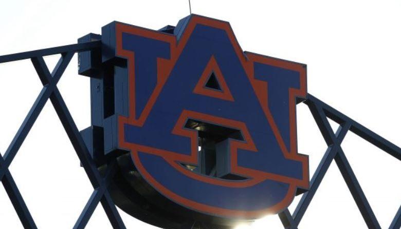 Foto del logo de la Universidad de Auburn en la parte superior del estadio Jordan-Hare en una foto de archivo. (Mike Zarrilli/Getty Images)
