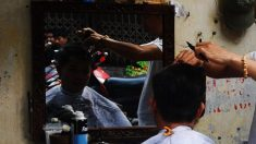 Cliente inconforme con su corte de cabello intenta rasurar al peluquero por la fuerza