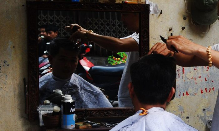 Foto de un hombre cortándose el pelo. (HOANG DINH NAM/AFP/Getty Images)