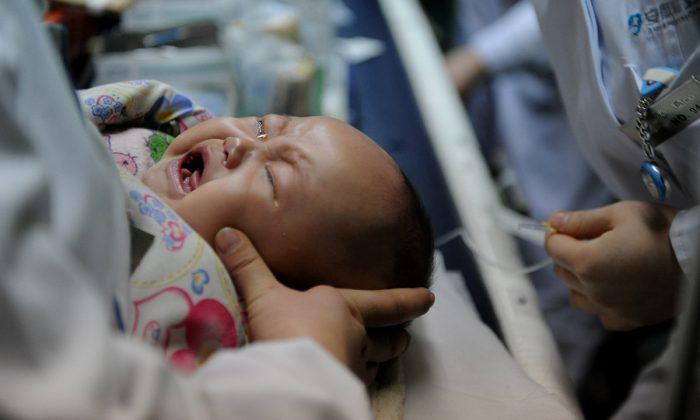 Un bebé chino recibe tratamiento en un hospital. (STR/AFP/Getty Images)