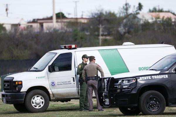 Agentes de la Patrulla Fronteriza y de la Policía Estatal de Texas recorren el Río Grande en Eagle Pass, Texas, el 7 de febrero de 2019. (Charlotte Cuthbertson/La Gran Época)