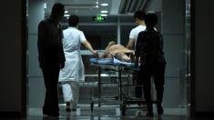 Mujer entra en coma al dar a luz y su esposo la abandona llevándose el dinero de la cuenta médica