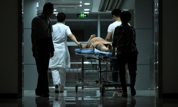 Una mujer embarazada en camilla en un hospital de Beijing, China. (Wang Zhao/AFP/Getty Images)