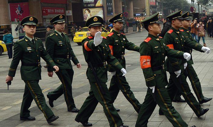 Policía paramilitar china marcha por la zona comercial del centro de Chongqing en esta foto de archivo. (Mark Ralston/AFP/Getty Images)