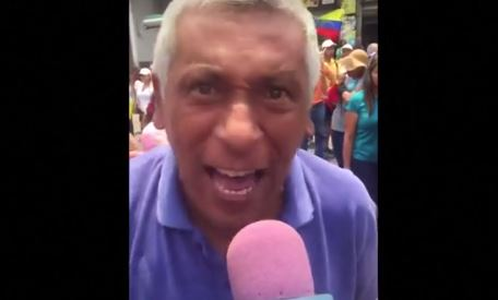 """Mataste a mi esposa!"""", demandó a Nicolás Maduro esposo atormentado por su pérdida (Captura de vídeo, Reuters)"""