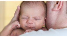 Una mamá atrapó a su exhausto esposo meciendo una bata en lugar de a su bebito recién nacido