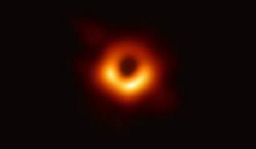 Momento de la rueda de prensa en Bruselas con la primera imagen de un agujero negro. EFE/ Stephanie Lecocq.