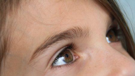 Madre salva a su hija del cáncer al notar en una foto un brillo extraño en su ojo