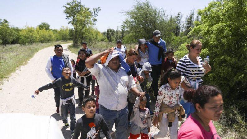 Un grupo de inmigrantes ilegales caminan por la carretera después de cruzar el Río Grande desde México hasta McAllen, Texas, el 18 de abril de 2019. (Charlotte Cuthbertson/The Epoch Times)