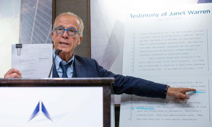 El abogado de derechos de las víctimas Jeff Anderson durante una conferencia de prensa en Nueva York el 23 de abril de 2019. (Eduardo Muñoz Álvarez/AFP/Getty Images)