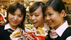 Familia encuentra plumas en una alita de pollo frito McDonald's