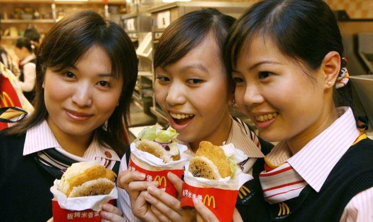 Trabajadores de un McDondald en Hong Kong. (Mike Clarke/AFP/Getty Images)