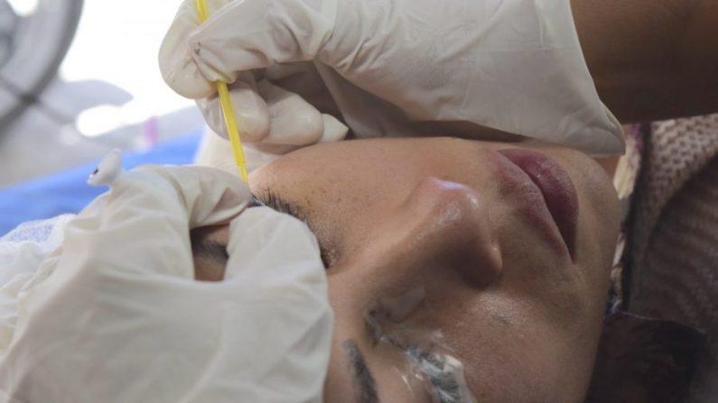 Imagen de un procedimiento de microblade de cejas en una mujer. (Rafa Pacheco/Pixabay)