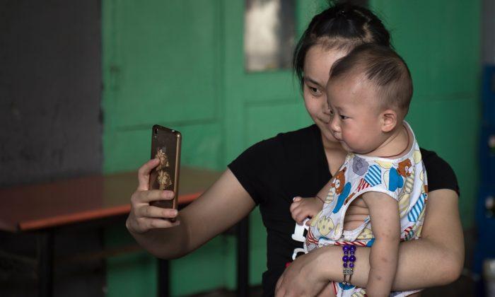 Una mujer se toma una foto con su bebé. (Nicolas Asfouri/AFP/Getty Images)