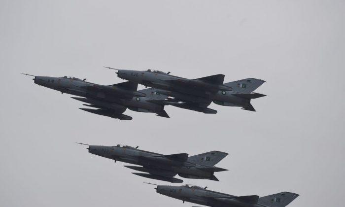 Los aviones de combate pakistaníes hacen una demostración en el desfile del Día de Pakistán en Islamabad, el 23 de marzo de 2019. (Farooq Naeem/AFP/Getty Images)