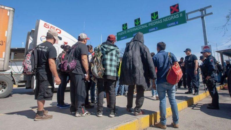 Dieciséis migrantes centroamericanos cruzan el Puente Internacional II para ser entrevistados por las autoridades de inmigración de Estados Unidos, en Piedras Negras, Estado de Coahuila, México, en la frontera con Estados Unidos, el 16 de febrero de 2019. (Julio Cesar Aguilar/AFP/Getty Images)