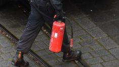 Hombre prende un cigarrillo en una gasolinera y un empleado lo rocía con un extintor