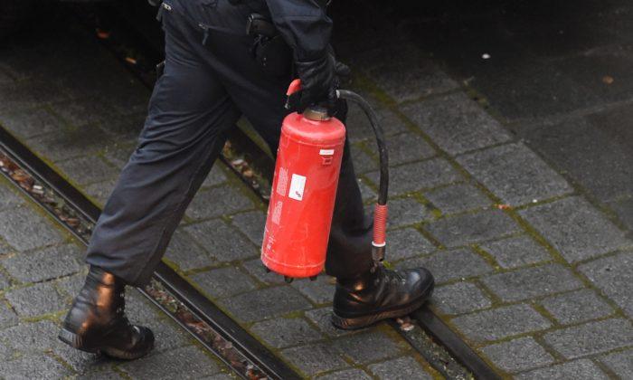 Foto de archivo de un policía con un extintor. (Odd Andersen/AFP/Getty Images)