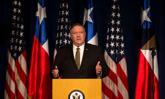 El Secretario de Estado de Estados Unidos, Mike Pompeo, pronuncia un discurso en Santiago de Chile el 12 de abril de 2019. (Claudio Reyes/AFP/Getty Images)