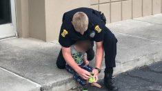 Encuentran a niño desnudo deambulando por un estacionamiento y a sus padres inconscientes en el auto