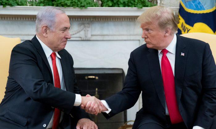 El presidente de Estados Unidos Donald Trump (derecha) y el primer ministro israelí Benjamin Netanyahu (izquierda) se dan la mano en el Despacho Oval de la Casa Blanca, el 25 de marzo de 2019. (Michael Reynolds - Pool/Getty Images)