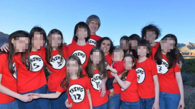 David y Louise Turpin con sus 13 hijos que fueron encontrados desnutridos y algunos encadenados dentro de su casa en Perris, California, el 15 de enero de 2018. (David-Louis Turpin/ Facebook)