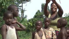Extraordinaria mujer de Uganda con 40 años dio a luz a 44 hijos