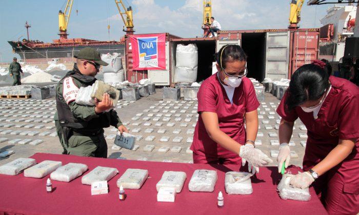Especialistas en criminología analizan cocaína incautada en Maracaibo, Venezuela, el 25 de abril de 2013. (JIMMY PIRELA/FP/Getty Imágenes)