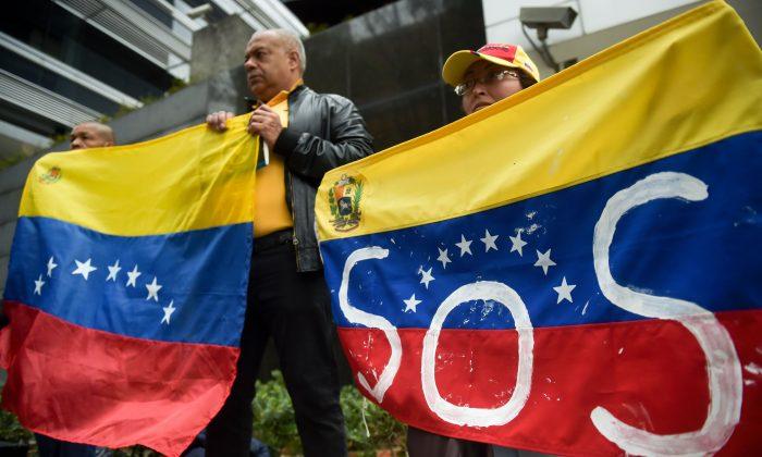 Venezolanos que viven en Colombia realizan una manifestación contra un apagón masivo que dejó a millones sin electricidad en su país, frente a la sede de la ONU en Bogotá, el 11 de marzo de 2019. (Raúl Arboleda/AFP/Getty Images)