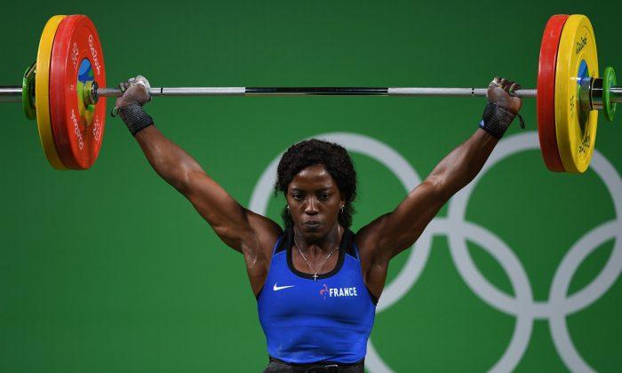 La francesa Gaelle Verlaine Nayo Ketchanke compite durante el evento de levantamiento de pesas femenino de 75 kg durante los Juegos Olímpicos Rio 2016 en Río de Janeiro el 12 de agosto de 2016. (Goh Chai Hin/AFP/Getty Images)