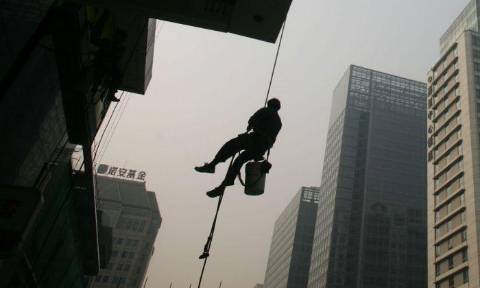 Foto de archivo de un limpiador de vidrios en Beijing. (China Photos/Getty Images)