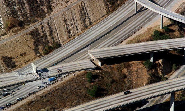 Vista aérea de autos destrozados en la rampa de conexión de la Interestatal 5 con la Carretera 14 después del terremoto de Northridge, en Northridge, California, el 17 de enero de 1994. (Carlos Schiebeck/AFP/Getty Images)