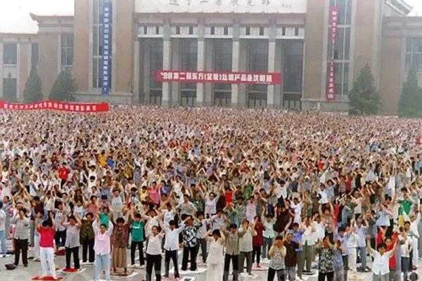 aprendiendo Falun Dafa en una conferencia en china