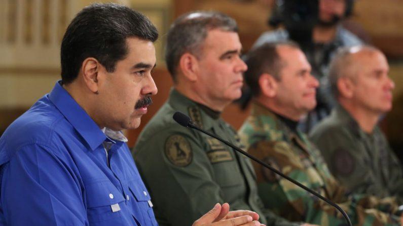 Fotografía cedida por la oficina de Prensa de Miraflores, donde se observa al dictador de Venezuela, Nicolás Maduro (i), junto su ministro de defensa Vladimir Padrino durante una alocución trasmitida en cadena obligatoria de radio y televisión el 30 de abril, en Caracas (Venezuela). EFE/PRENSA MIRAFLORES