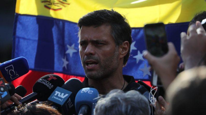 El líder opositor Leopoldo López habla ante los medios este 2 de mayo, en la residencia del embajador español en Venezuela, Jesús Silva, en Caracas (Venezuela). EFE