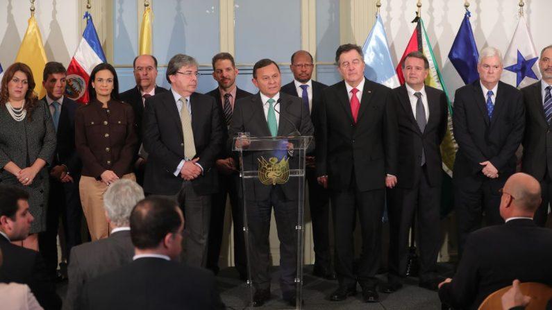 El ministro de Relaciones Exteriores de Perú, Néstor Popolizio (c), habla junto varios de sus homólogos durante un pronunciamiento a la prensa este 3 de mayo, en Lima (Perú). EFE
