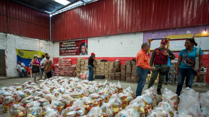 Fotografía donde se observan un operativo de entrega de bolsas de comida a habitantes de un barrio del km 3 del Junquito por parte Comités Locales de Abastecimiento y Producción (CLAP) en Caracas (Venezuela). (EFE/Archivo)