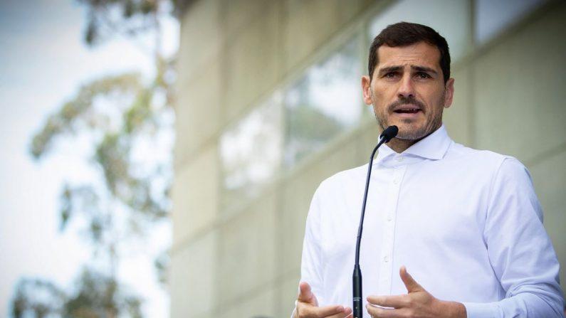 El portero español del Oporto, Iker Casillas, atiende a los medios a su salida del hospital de Oporto donde estaba ingresado desde el pasado miércoles tras sufrir un infarto de miocardio. EFE