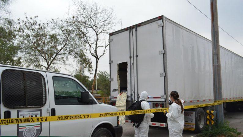 Personal de epidemiología de México resguarda los camiones donde personal de la Policía Federal y del Instituto Nacional de Migración localizaron y rescataron este martes al menos a 289 migrantes centroamericanos que eran transportados en dos trailers en Ciudad Victoria. EFE