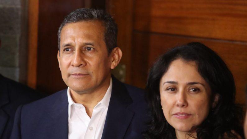 Fotografía de archivo fechada el 30 de abril de 2018 que muestra al expresidente peruano Ollanta Humala (i) y su esposa, Nadine Heredia (d), tras salir de prisión EFE/Archivo